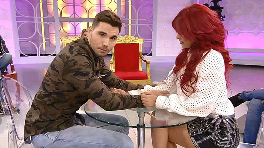 """Alejandro busca a alguien con su misma manía: """"Me gusta apretar los codos ajenos"""""""