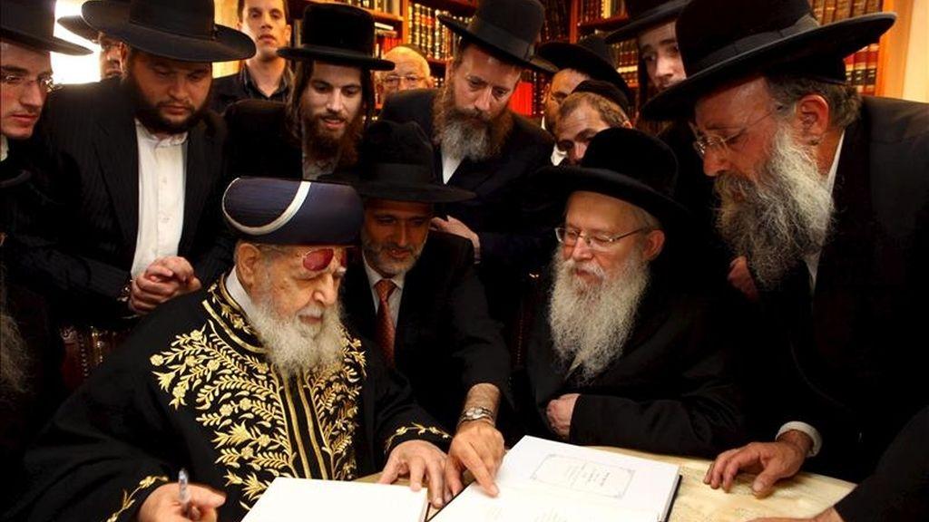 En la imágen, judíos sefardíes examinando unos documentos. EFE /Archivo