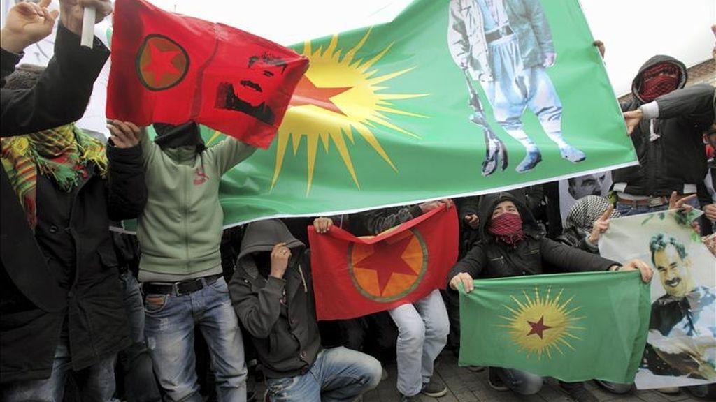 Simpatizantes de la formación kurda el Partido de la Paz y la Democracia (BDP) muestran banderas y pancartas del Partido de Trabajadores de Kurdistán, durante una manifestación ilegal en contra de la decisión de la Comisión Electoral Suprema, en Estambul (Turquía), ayer. EFE
