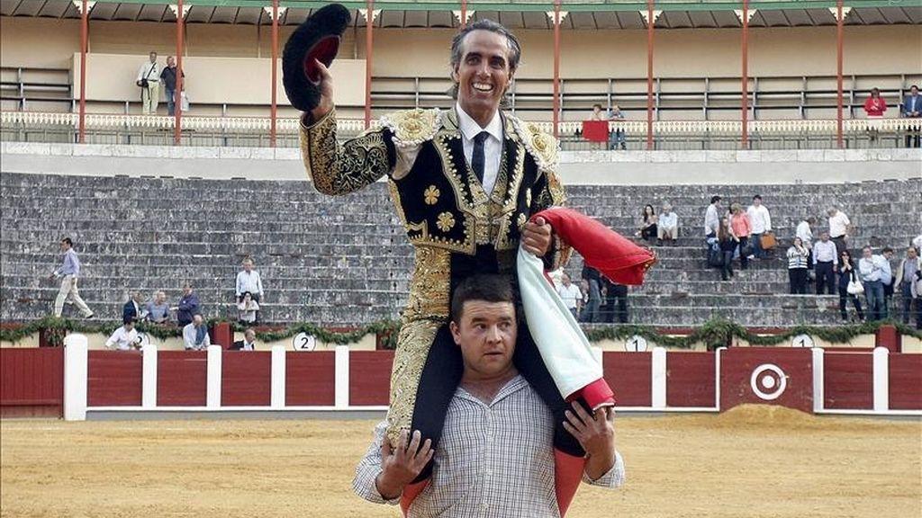 El matador vallisoletano David Luguillano, sale en hombros por la puerta grande tras el primer festejo de la Feria de San Pedro Regalado 2011 que se celebra hoy en Valladolid. EFE