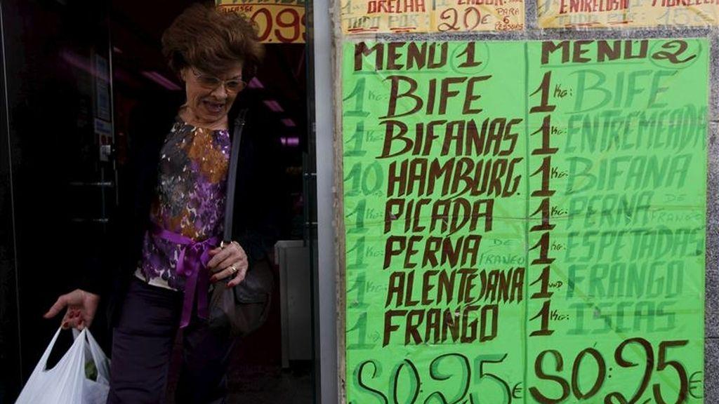 Una mujer sale de una carnicería en Lisboa, Portugal. EFE