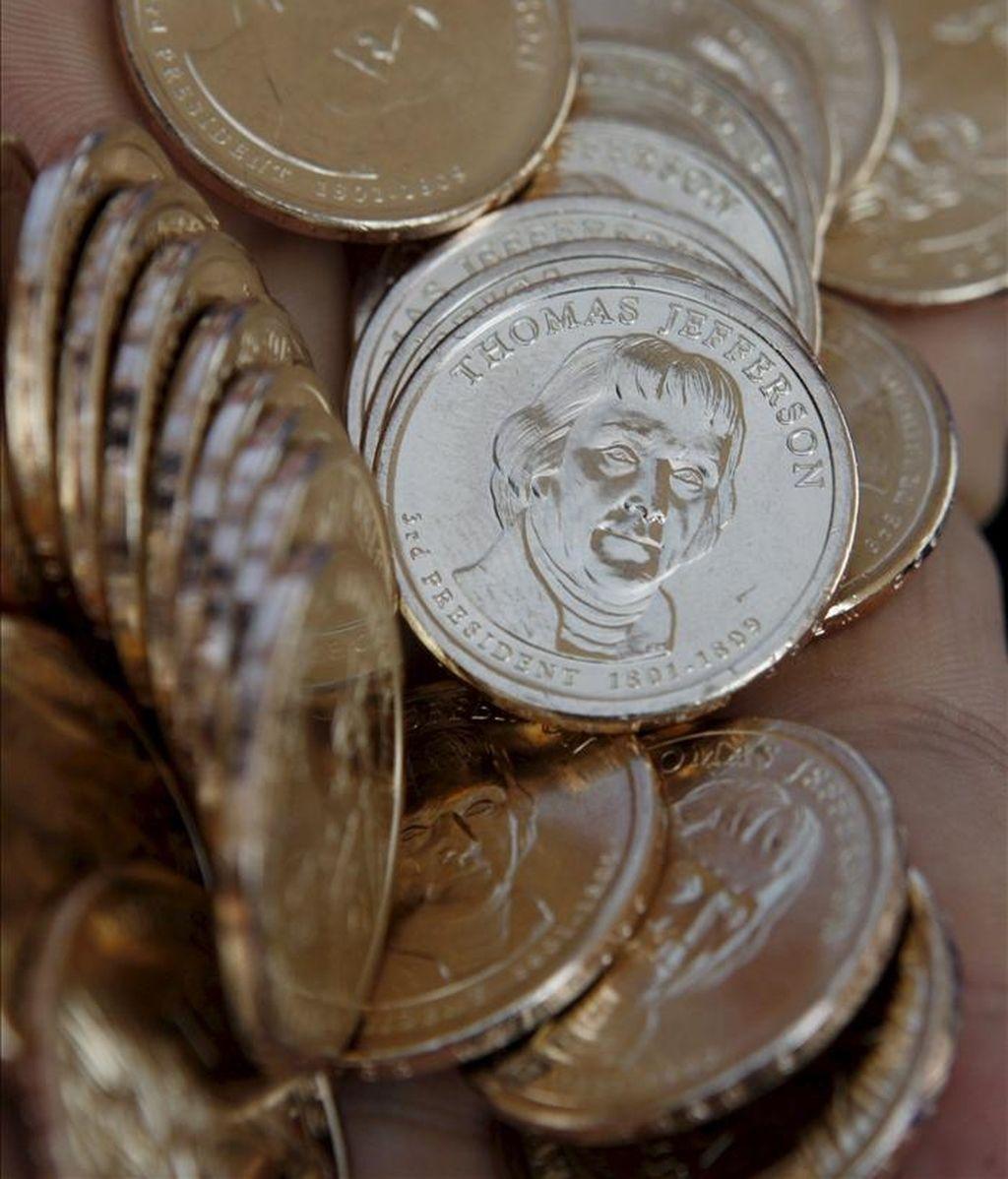 Imagen de un puñado de monedas de dólar. EFE/Archivo