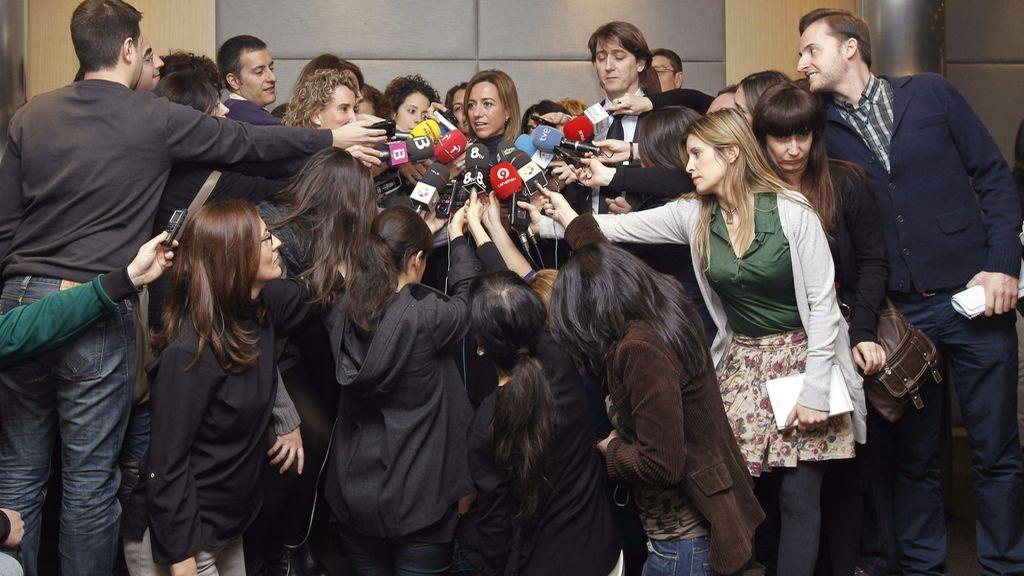 La candidata a la Secretaría General del PSOE Carme Chacón habla con los medios tras el encuentro de trabajo que ha mantenido con el equipo de su candidatura en un hotel de la capital.