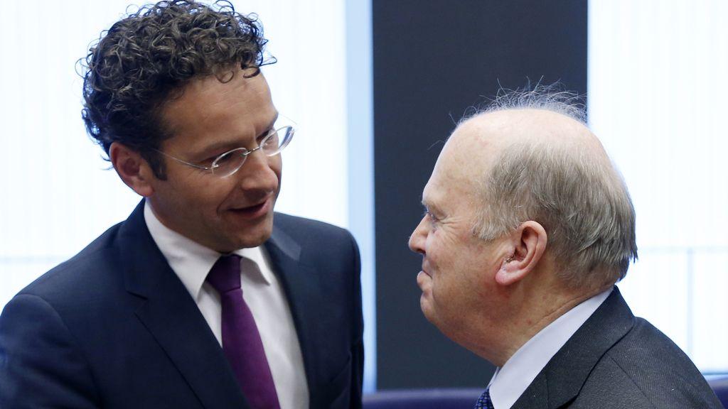 El presidente del Eurogrupo, el holandés Jeroen Dijsselbloem (izda), saluda al ministro irlandés de Finanzas Michael Noonan