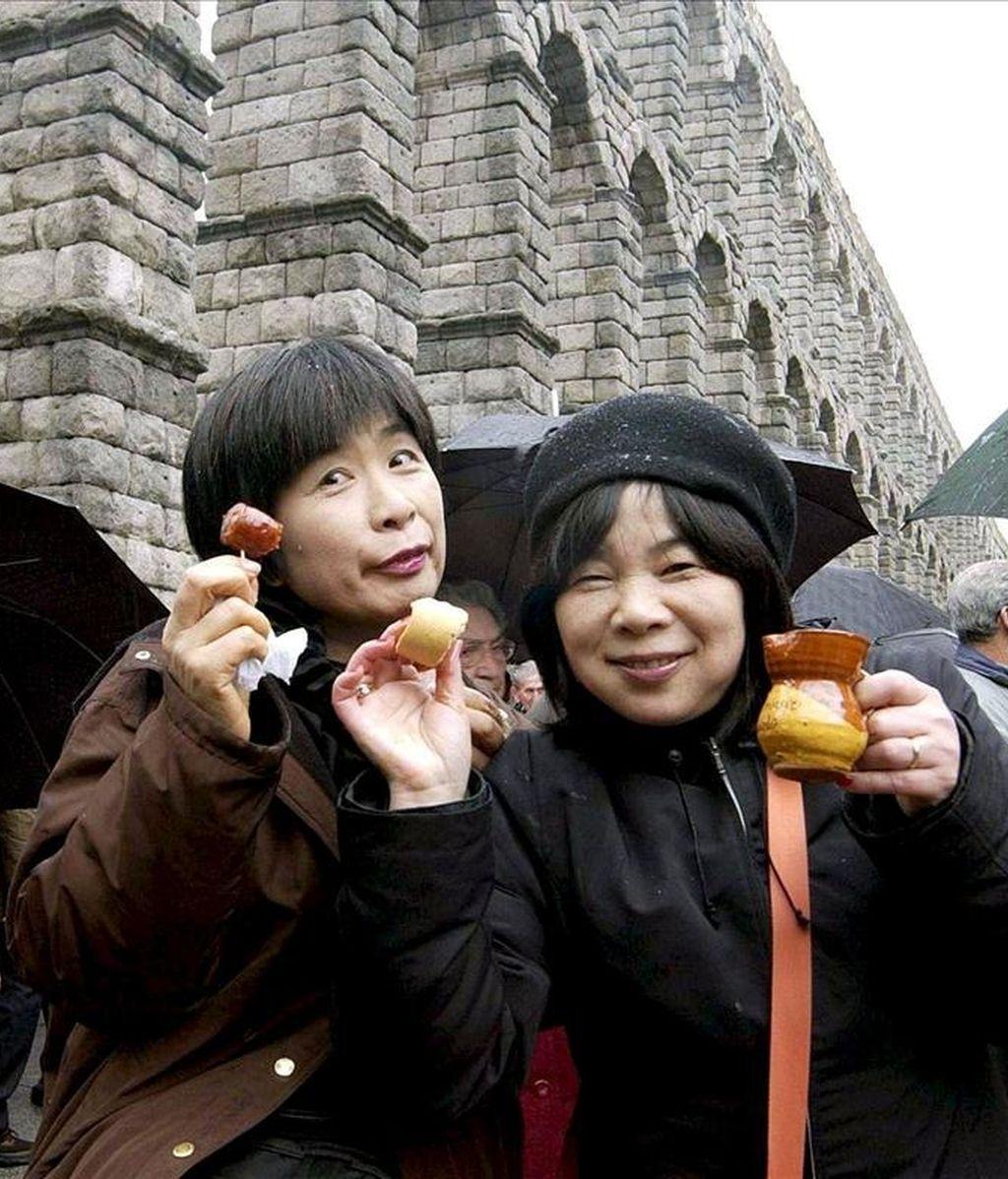 Dos turistas japonesas disfrutan de la gastronomía típica en Segovia. EFE/Archivo