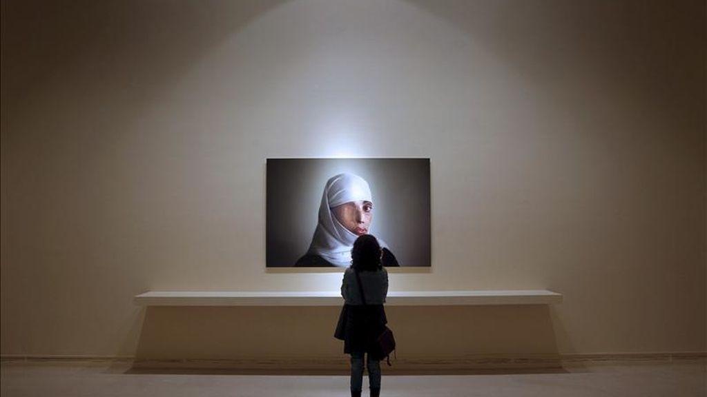 Aspecto de la exposición del fotógrafo Emilio Morenatti que refleja la vida en Pakistán en el periodo de conflicto que atravesó el país durante 2008-2009, que se puede contemplar desde hoy en una de las salas del Instituto Valenciano de Arte Moderno de Valencia (IVAM). EFE