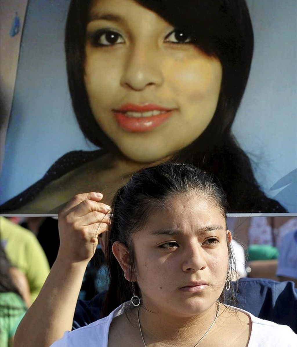 Una joven familiar de Yanela Zaruma, la joven de 22 años que apareció muerta el pasado lunes en la localidad navarra de Beriain, durante la concentración en la plaza del Castillo de Pamplona para exigir justicia. EFE/Archivo