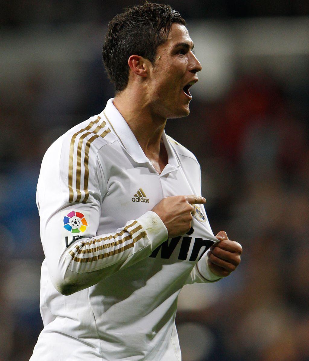 Cristiano Ronaldo celebra un gol señalando el escudo blanco