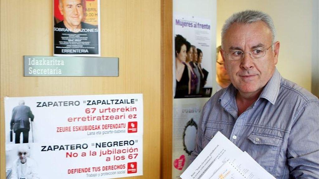 El coordinador general de IU, Cayo Lara, antes de la rueda de prensa que ofreció hoy en San Sebastián para analizar la actualidad política. EFE