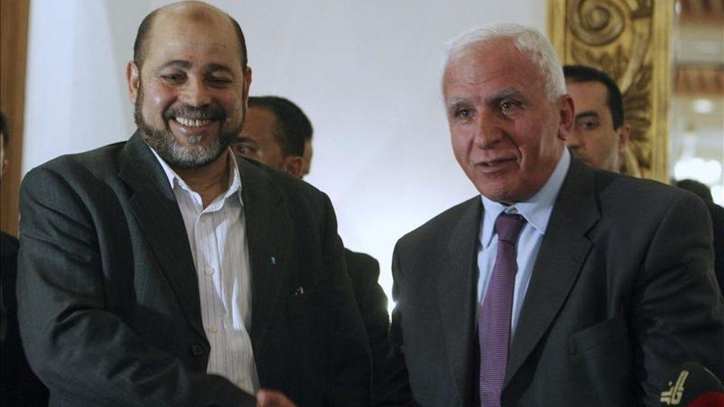 El líder de la delegación de la organización islamista Hamás, Musa Abu Marzuk (i), y el líder de la delegación del grupo nacionalista Al Fatah, Azam al Ahmad (d), se saludan tras una rueda de prensa en El Cairo, Egipto. EFE