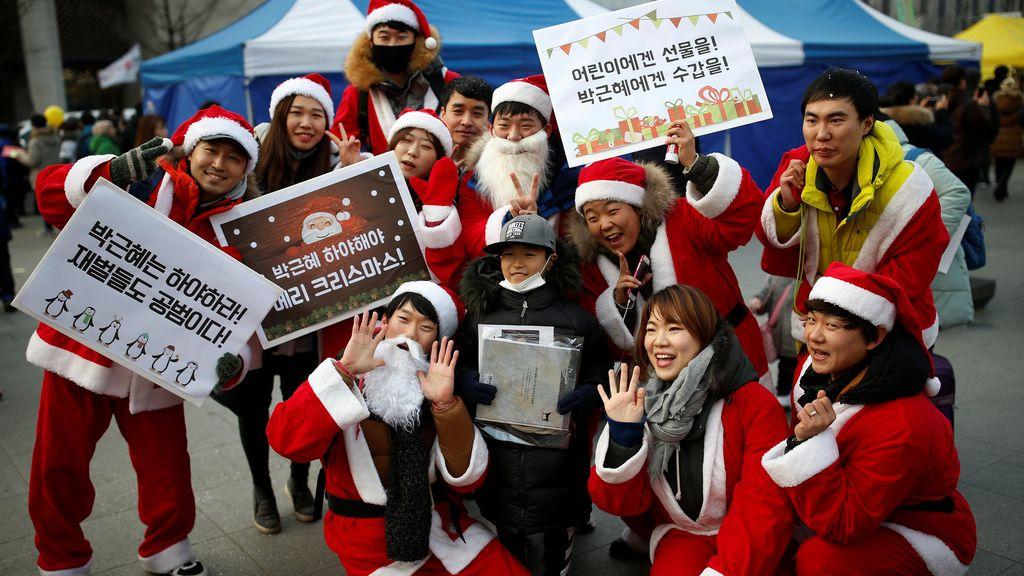 Gente vestida de Santa Claus durante una protesta en Seúl