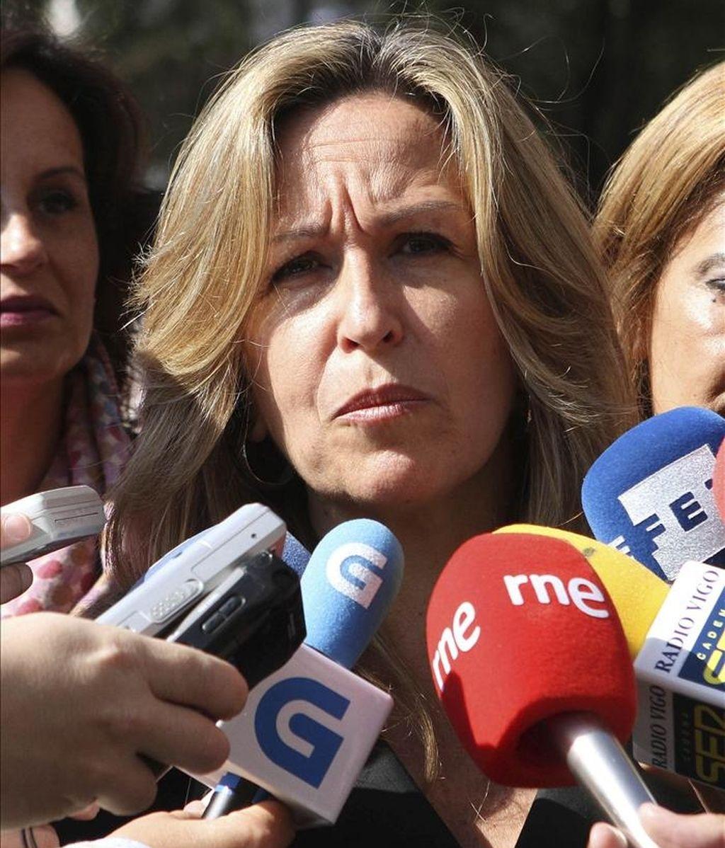 La ministra de Asuntos Exteriores, Trinidad Jiménez, responde a las preguntas de los periodistas tras participar en un acto de los socialistas gallegos en Vigo. EFE