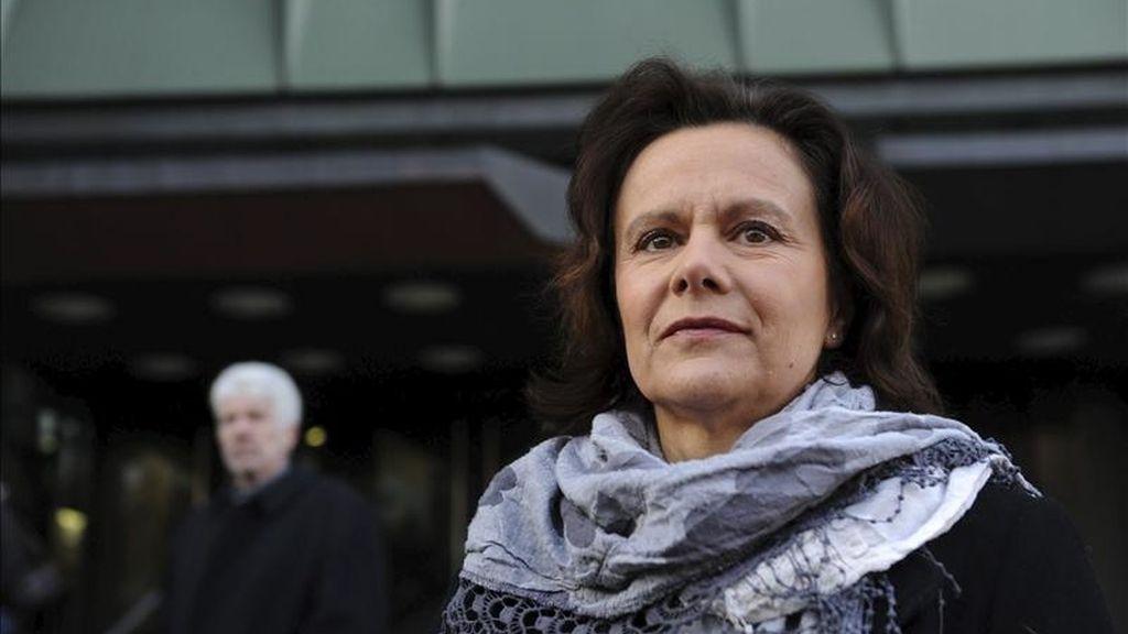 """La presidenta de la asociación """"Rampage Winnenden"""" y madre de una de las víctimas de la masacre de Winnenden, Gisela Mayer, asiste al juicio contra el padre del asesino en Stuttgart (Alemania). El tribunal condenó hoy al padre del asesino de Winnenden por dejar al alcance de su hijo y sin cerrar bajo llave la pistola que el joven utilizó para cometer el múltiple crimen. EFE"""