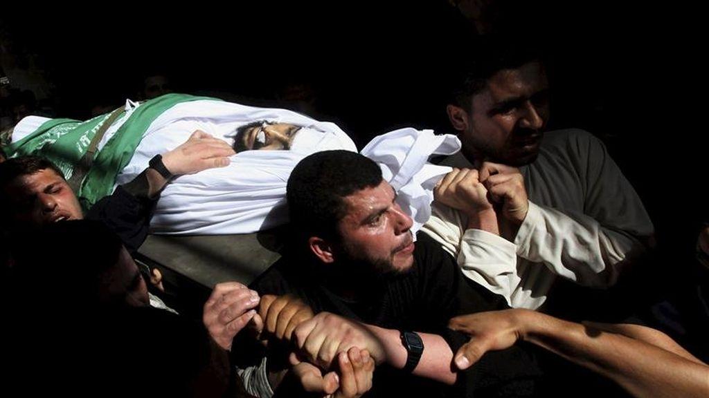 Militantes de Hamás llevan hoy a hombros el cuerpo del miliciano Ismail Lubad durante su funeral en el campo de refugiados de Al Shatea, al oeste de la ciudad de Gaza. Tres milicianos islamistas palestinos murieron hoy en un ataque aéreo israelí mientras viajaban en coche cerca de la ciudad de Jan Yunes, al sur de la franja de Gaza. EFE
