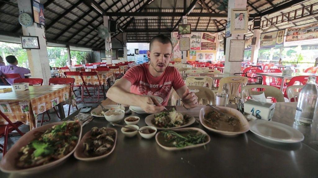 Dabiz Muñoz se chupa los dedos con la cocina tailandesa en un merendero cualquiera