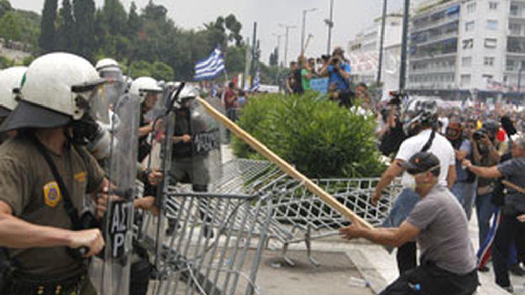 Enfrentamientos con la policía frente al Parlamento griego. Vídeo Informativos Telecinco