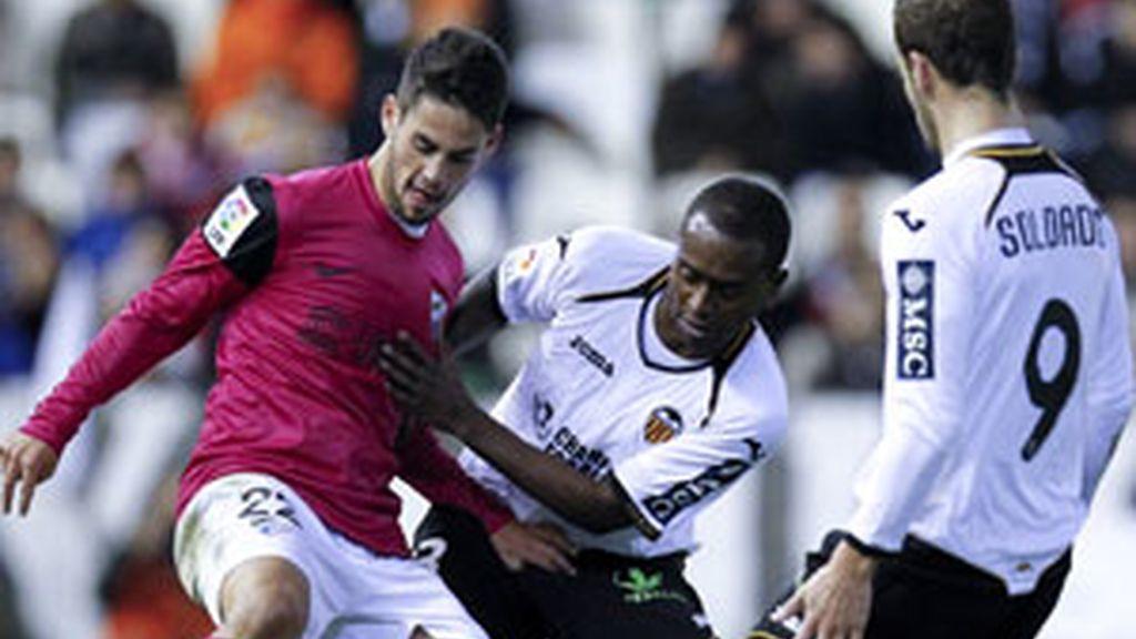 """El centrocampista """"Isco"""" protege el balón ante Miguel Brito y Roberto Soldado FOTO: EFE"""