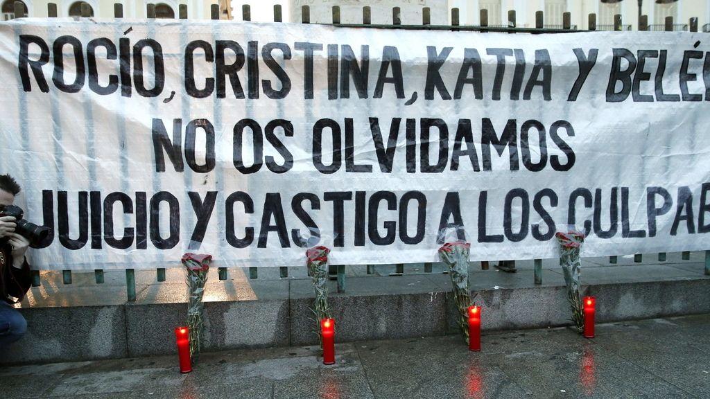Concentración en la Puerta del Sol, para pedir justicia para las cuatro víctimas que resultaron fallecidas en una avalancha producida en uno de los vomitorios del pabellón Madrid Arena durante la celebración de una fiesta que tuvo lugar la pasada noche de Halloween