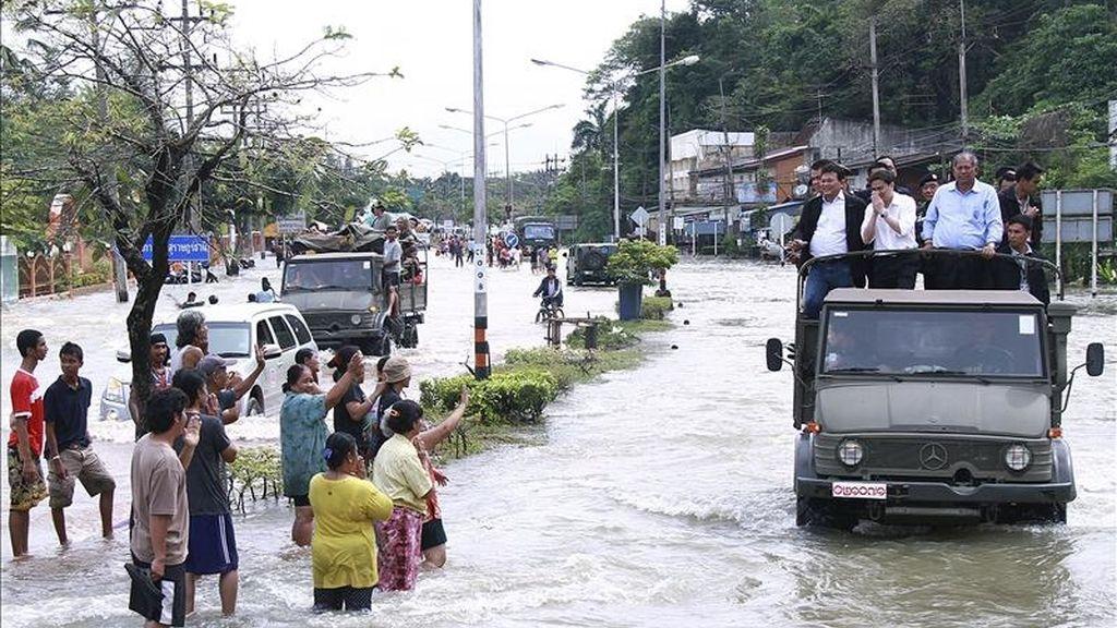 Fotografía facilitada hoy lunes 4 de abril por el gobierno tailandés que muestra al primer ministro Abhisit Vejjajiva (c) mientras inspecciona los daños causados por las graves inundaciones que afectan desde hace una semana y en plena estación seca a casi dos millones de personas en el sur del país, en Surat Thani, Tailandia. EFE