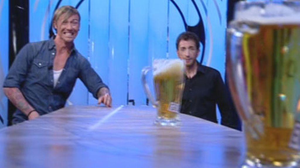 Guti retó a Quique a la famosa tirada de cerveza