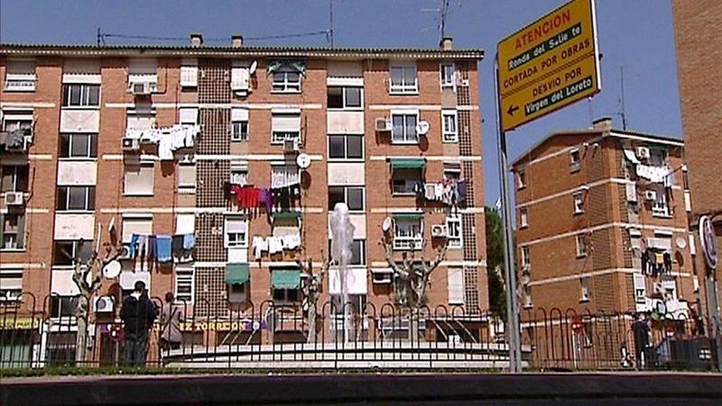 Fachada de la vivienda situada en Torrejón de Ardoz donde una mujer de 19 y embarazada de cinco meses, falleció ayer presuntamente estrangulada por su pareja. EFE