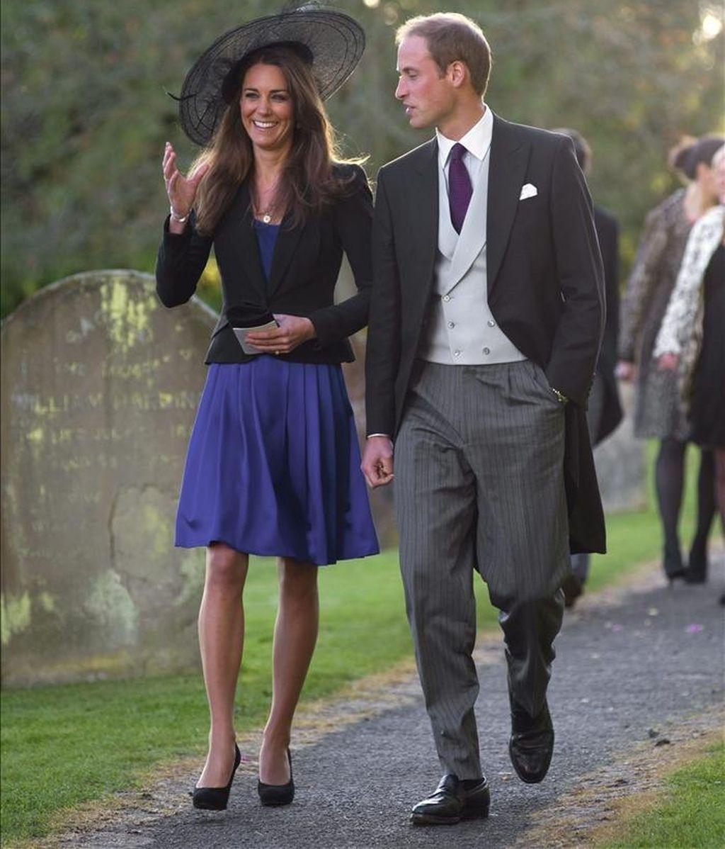 El príncipe Guillermo (d) y a Kate Middleton (i) a su llegada a la boda de su amigo Harry Meade, en octubre de 2010. EFE/Archivo