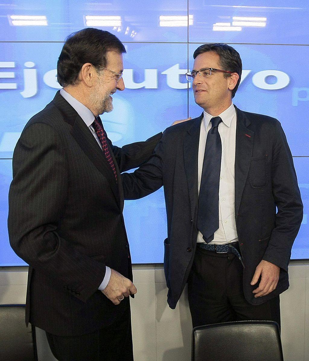 Mariano Rajoy saluda a Antonio Basagoiti durante el Comite Ejecutivo Nacional del PP