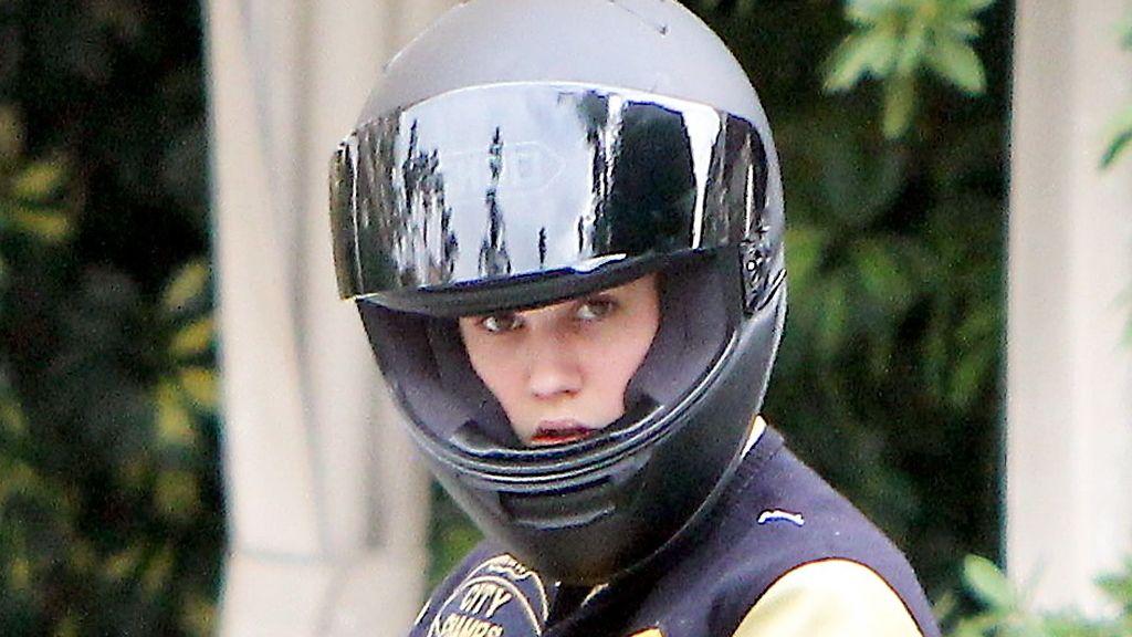 Justin Bieber, con el móvil sobre la moto
