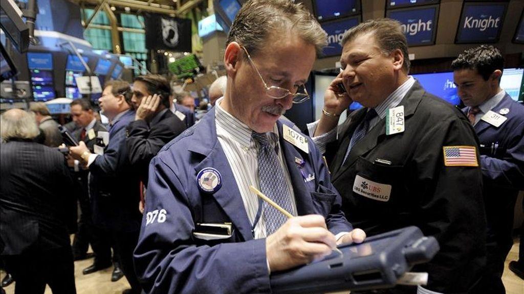 Los principales índices de los mercados neoyorquinos acabaron en rojo: el Dow Jones de Industriales bajó un 0,2%, hasta los 11.731,9 puntos, el S&P 500 cedió un 0,17%, para acabar en los 1.283,76 puntos y el índice compuesto del mercado Nasdaq bajó un leve 0,07%, para terminar en las 2.735,29 unidades. EFE/Archivo