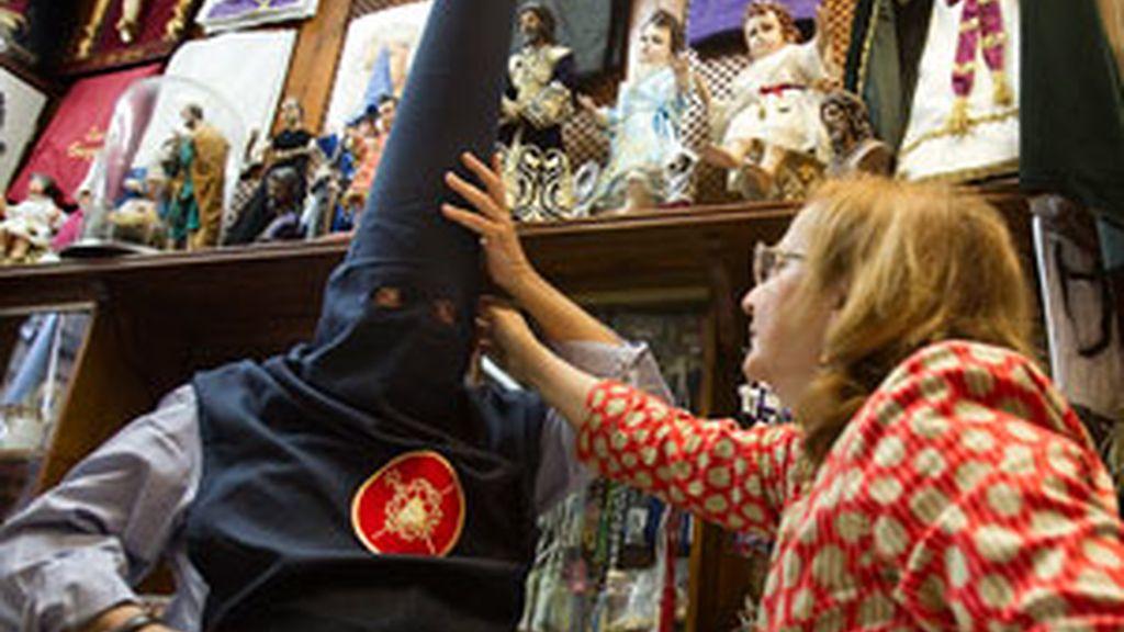 Un nazareno se prueba un capirote en una tienda sevillana en la que en estos días se ultiman los preparativos para las procesiones que recorrerán las calles sevillanas en Semana Santa. Foto: EFE