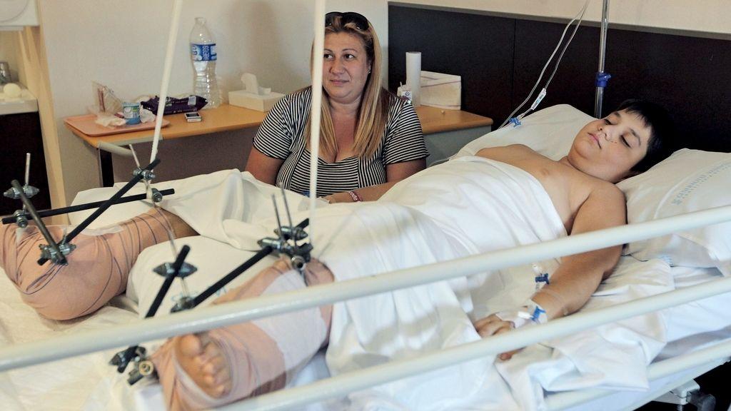 El cirujano Pedro Cavadas reimplanta los dos pies a un niño de diez años