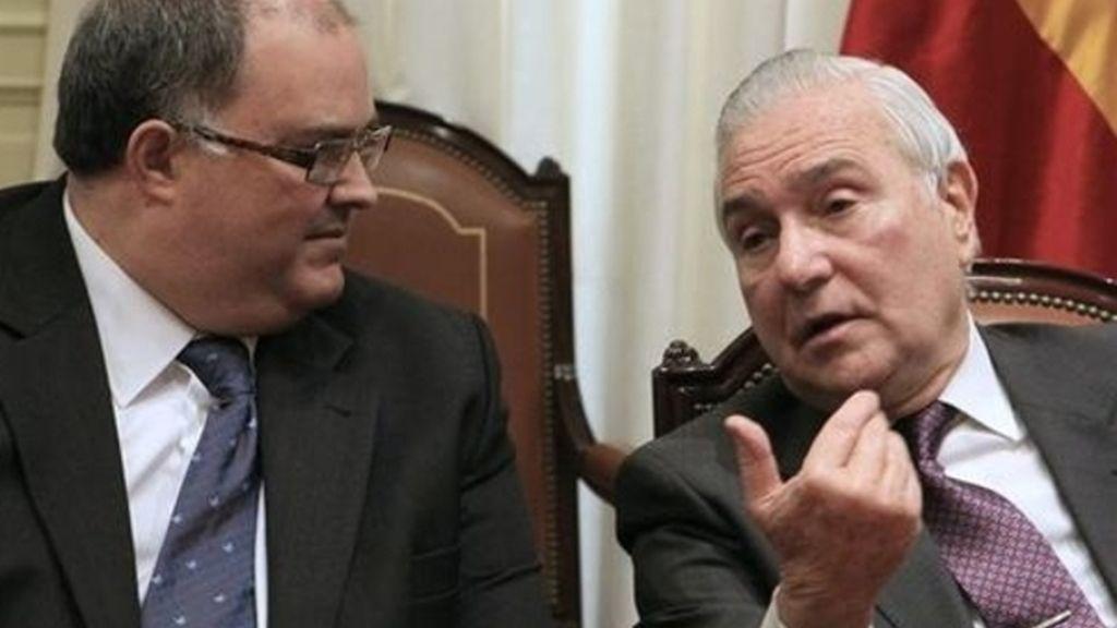 El presidente del CGPJ, Carlos Dívar, junto al vicepresidente, Fernando de Rosa.