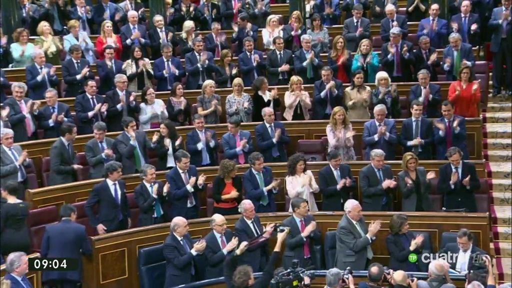 Ovación del Partido Popular a Mariano Rajoy en su llegada al Congreso