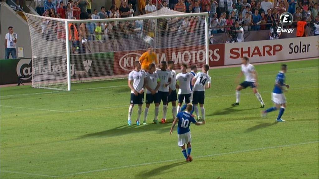 Insigne saca la falta del gol de Italia.