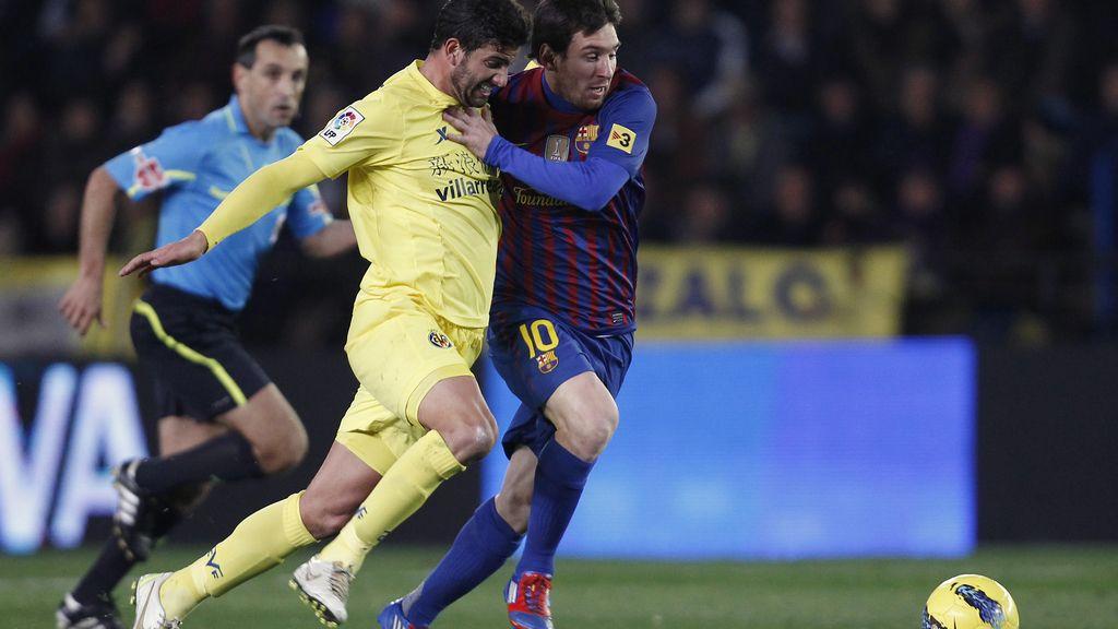 Messi pelea un balón con Mateo Musacchio