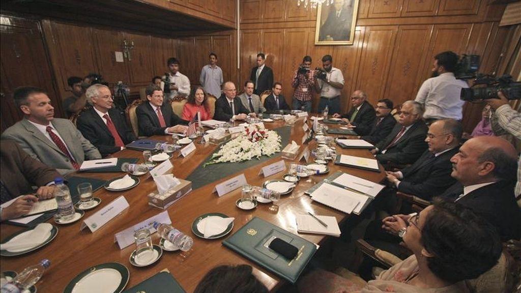 El ministro de Asuntos Exteriores paquistaní, Salman Bashir (3ºdcha) conversa con el enviado especial de EEUU para Afganistán y Pakistán, Marc Grossman (3ºizda) en Islamabad (Pakistán). EFE