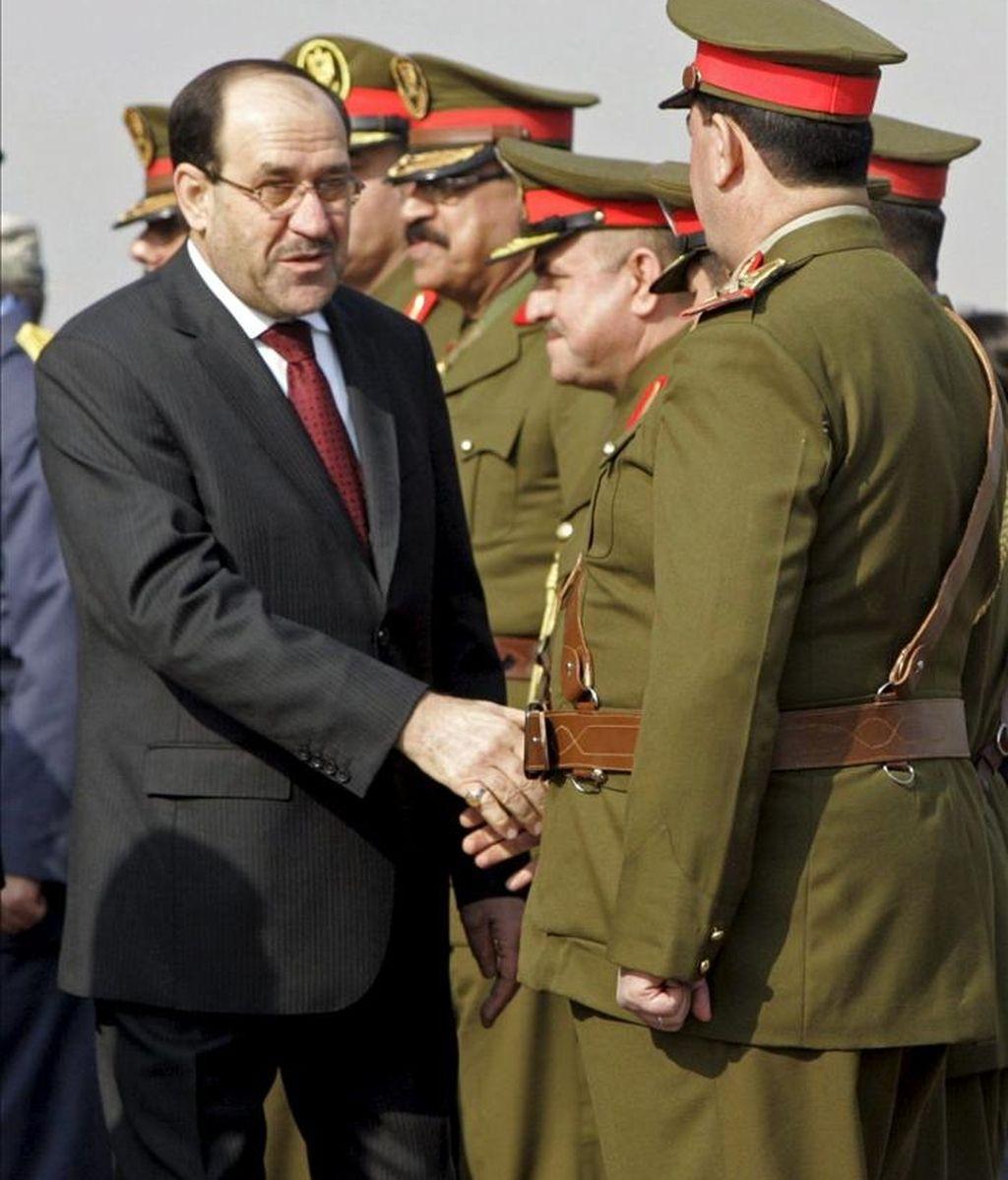 El primer ministro iraquí Nuri al-maliki (i) saluda a la plana mayor militar. EFE/Archivo