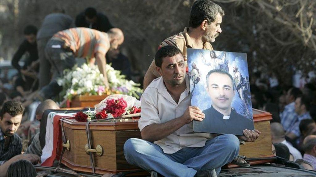 Un hombre iraquí sostiene una fotografía de Wassem Sabeeh, un sacerdote muerto durante la operación de liberación tras el asalto armado a una iglesia católica en el centro de Bagdad, Irak, el pasado 31 de octubre. El dirigente de Al Qaeda Al Batawi era el principal acusado de este atentado, que se saldó con 58 muertos. EFE/Archivo