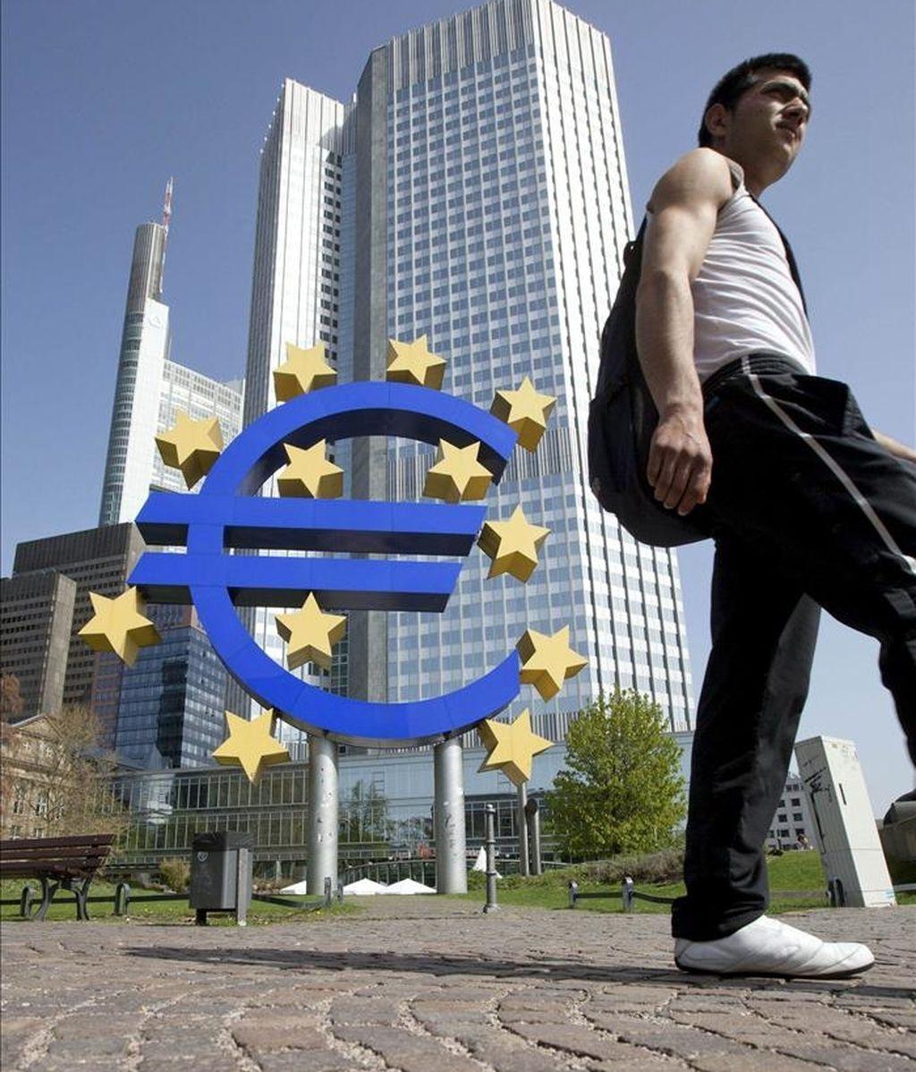 Un hombre camina frente a la sede del Banco Central Europeo (BCE), en Fráncfort, Alemania. EFE/Archivo