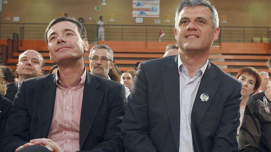 El candidato socialista a la Presidencia de la Comunidad de Madrid, Tomás Gómez (i), y el candidato del PSOE a la alcaldía de Móstoles, David Lucas (d), durante el mitin electoral que ha tenido lugar esta tarde en el polideportivo municipal Los Rosales, en Móstoles. EFE