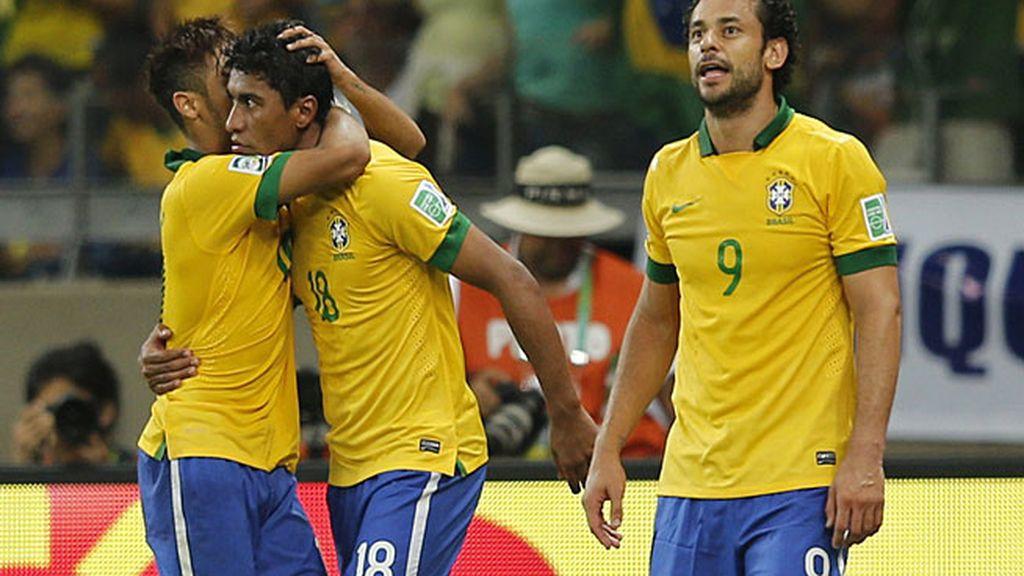 Neymar felicita a Paulinho por el gol de la victoria
