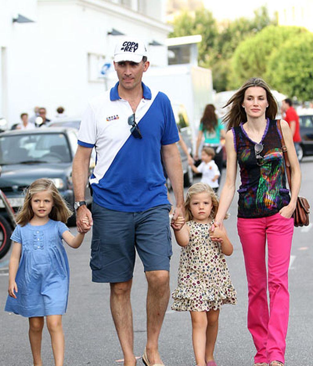 Los Príncipes acuden con sus hijas al concierto de Jaime Anglada