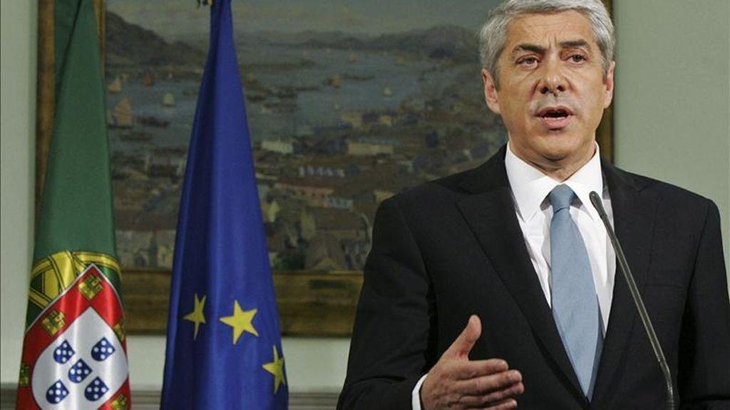 El primer ministro de Portugal, José Sócrates, habla a la prensa en Lisboa (Portugal). EFE