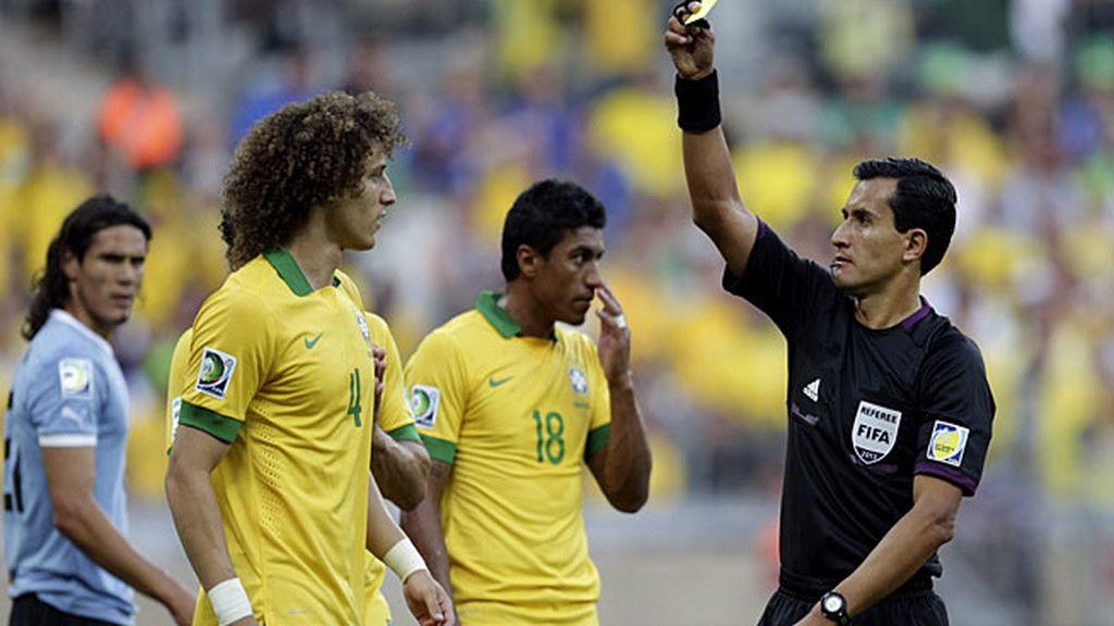 David Luiz vio amarilla por el penalti que cometió sobre Lugano