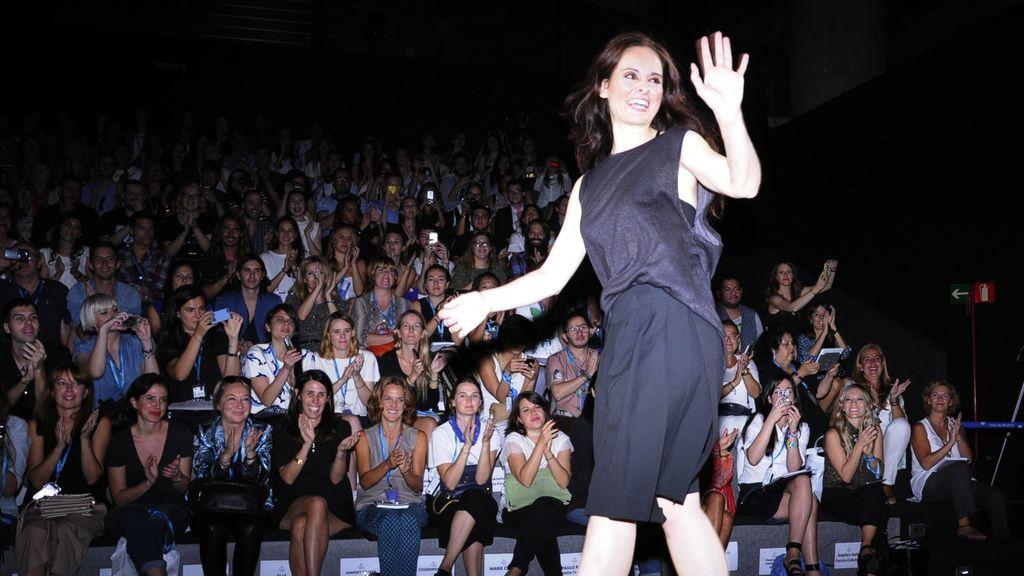 Ana saludando al público entusiasmado con su colección