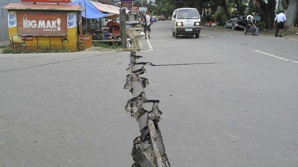 El sismo de 6.7 grados en la isla de Negros ha provocado que se abran las carreteras