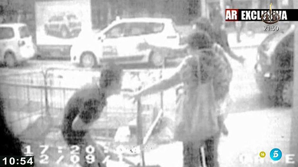Las imágenes captadas por las cámaras de seguridad del apuñalador de Lleida, en 'AR'