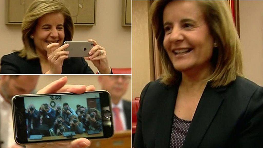 El momento de Báñez con la prensa: devuelve la foto a los fotógrafos