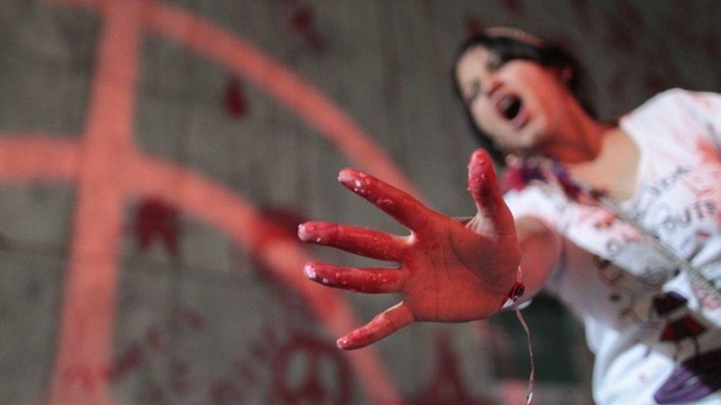 Una joven protesta ante la sede de una empresa en Brasil con motivo de la cumbre Rí+20