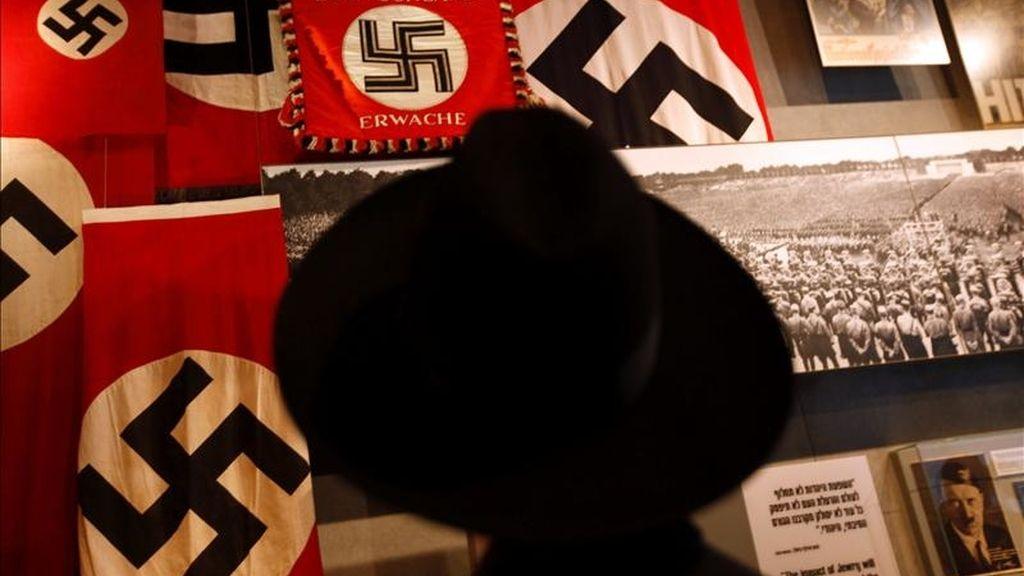 Un hombre judío visita el museo del Holocausto de Jerusalén o Yad Vashem, hoy en Jerusalén. EFE